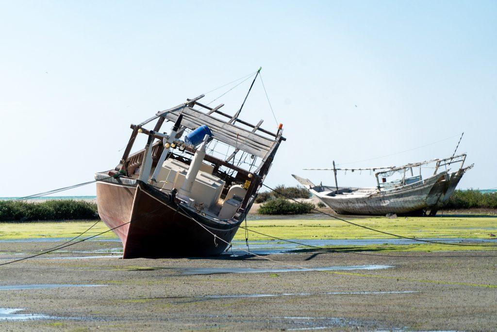 De vissersboten van Masirah Island bij laag water.