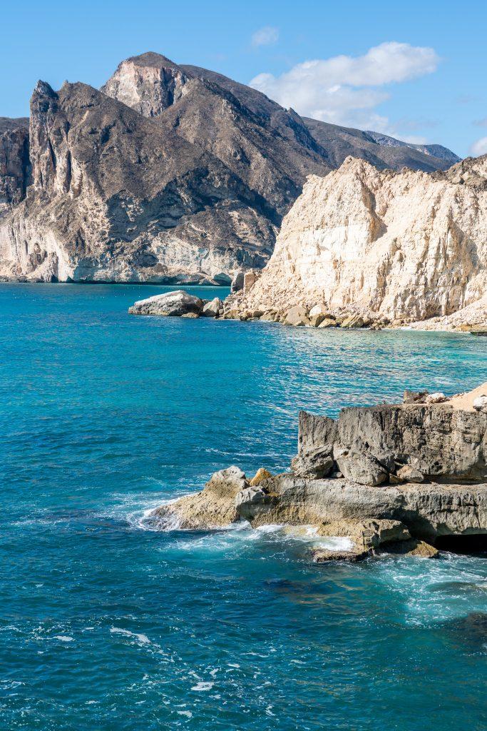 Kliffen bij Fazayah Beach