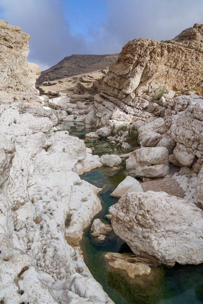 De Rub al Khali - Het Lege Kwartier - Klauteren naar de bodem van Wadi Uyun